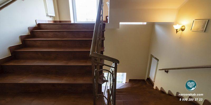 Реабилитационный центр Здравница лестница 2